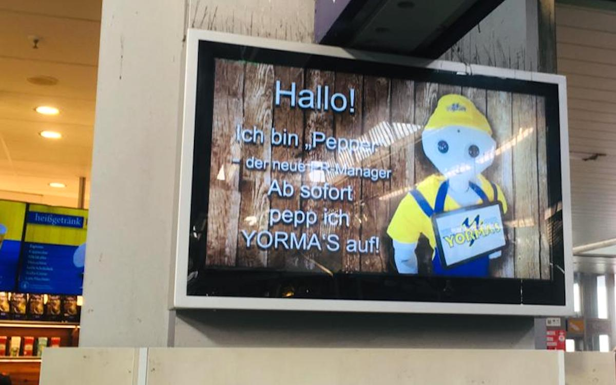 Yorma's kündigt den Einsatz von Pepper auf seinem Digital Signage Screen an (Foto: invidis)