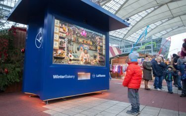 Per Display und Kamera in alle Welt - Lufthansa Weihnachtsbäckerei (Foto: Flughafen München)