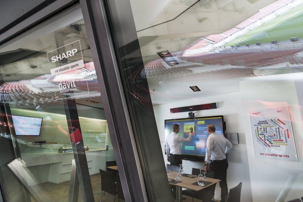 Ein interaktiver 80-Zöller ist in der Business-Loge im Einsatz (Foto: Sharp)