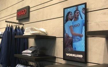 ePoster von Neo Advertising im Flagship von Wormland in Berlin, Symbolbild (Foto: Neo Advertising)