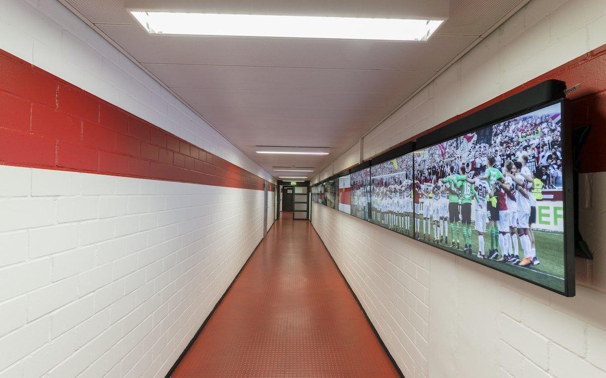 Erster digitaler Kabinengang mit Live-Impressionen in der Bundesliga (Foto: Sharp)