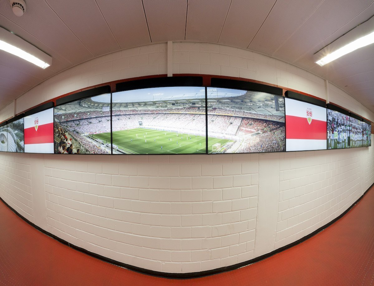 Gegenüber den Kabinen wurden die Screens installiert (Foto: Sharp)