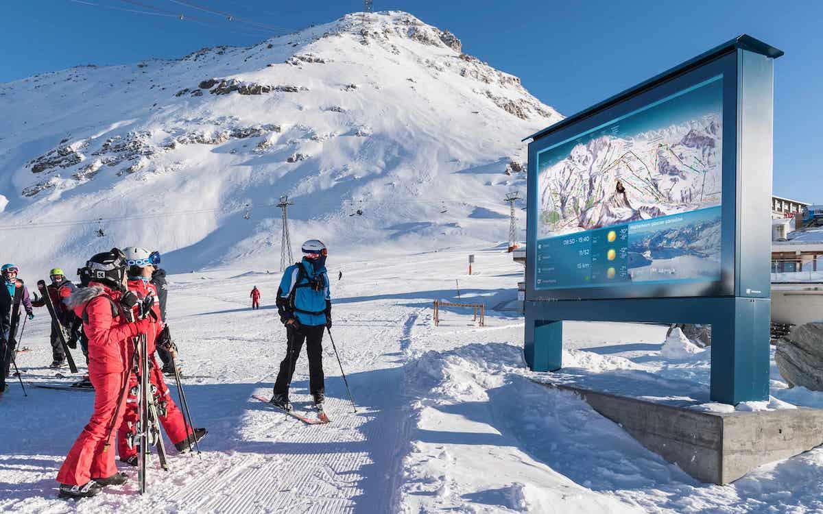 Hochauflösende LED Outdoor Walls kamen für die Installationen in der Schweizer Bergwelt zum Einsatz (Foto: Richnerstutz)