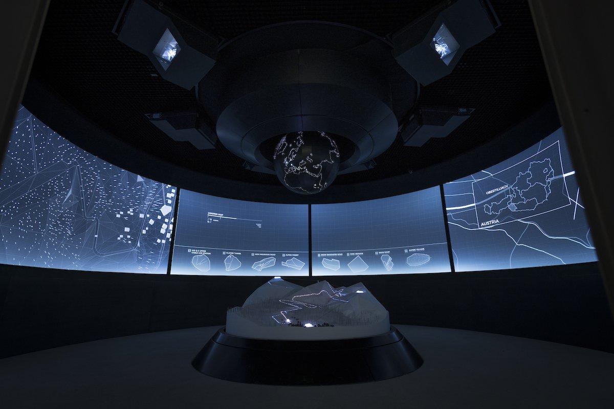 Im Briefing Room erleben die Zuschauer die Missionen des Kinohelden selbst neu mit (Foto: Kristopher Grunert / 007 Elements)
