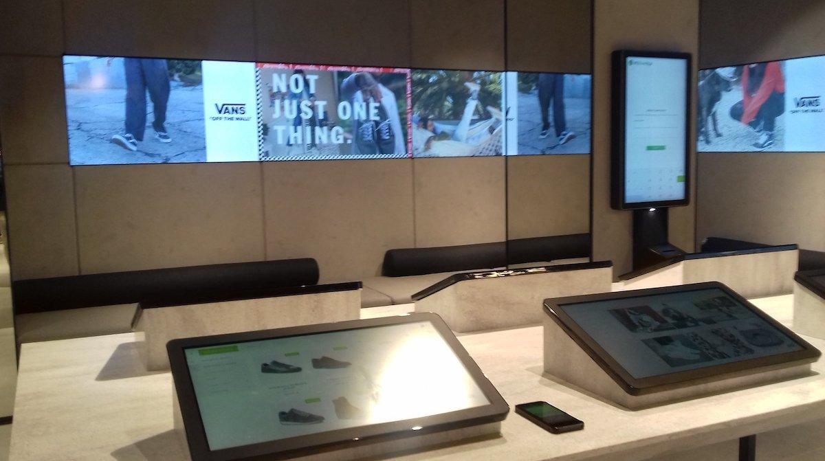 Von Nanovo installierte Screens in einem Store des Schuhhändlers (Foto: Nanovo)