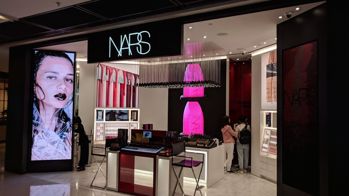 LED at front and back with engaging content - NARS Beauty at IFC Hong Kong (Photo: invidis)