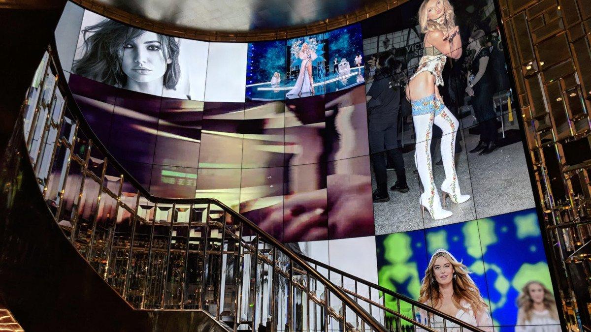 Staircase Digital Canvas at Victoria's Secret in Hong Kong (Photo: invidis)