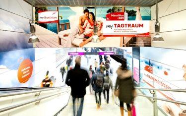 """Mit digitalen und analogen Werbeformen warb die Airline gezielt an der U-Bahnstation """"Messe"""" in Wien (Foto: Gewista)"""