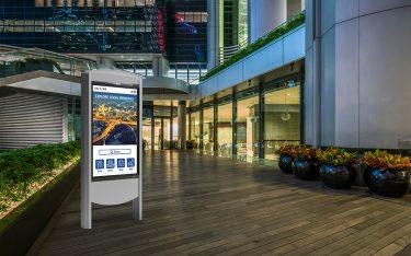 Neues Smart-City-Kiosk im Außeneinsatz (Foto: Peerless-AV)