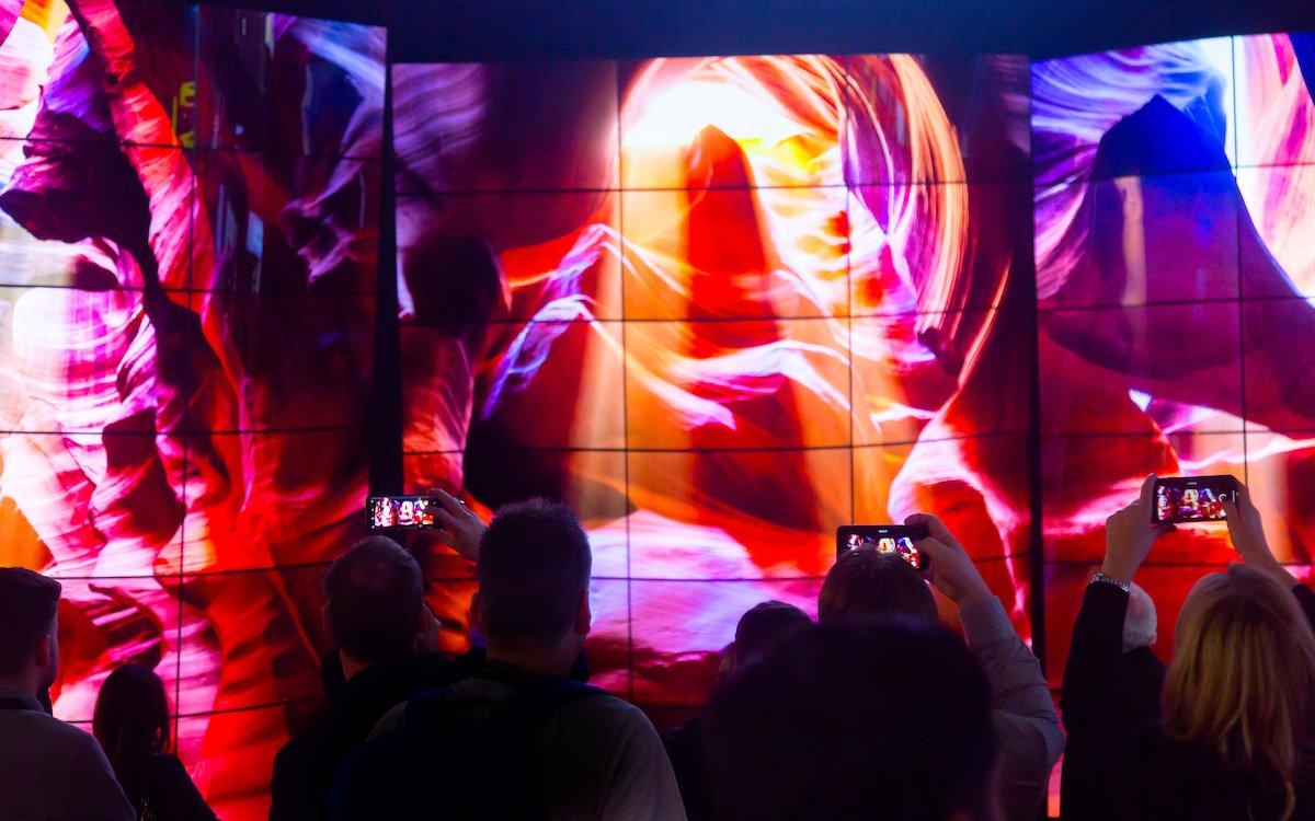 Screens von LG auf der ISE 2018 – hier die beeindruckende OLED Wall (Foto: ISE)