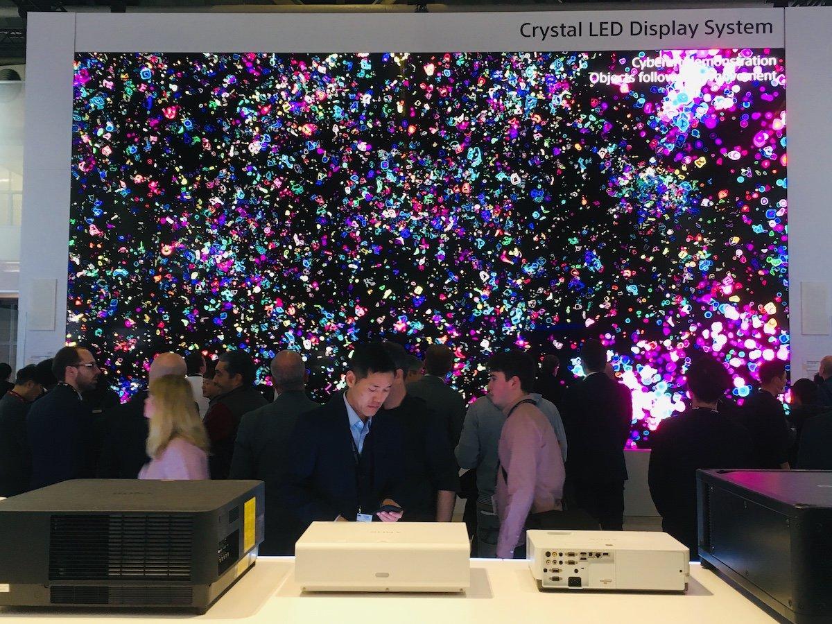 ISE 2019: Die Crystal LED Wall ist 9,7 m hoch und 5,4 m breit (Foto: invidis)