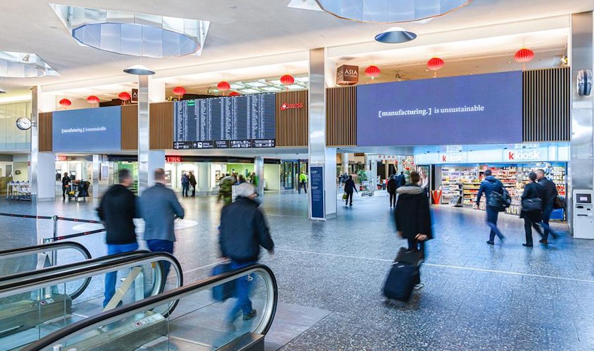 Digitale LED Screens an der Check-In-Info der SWISS (Foto: Clear Channel)