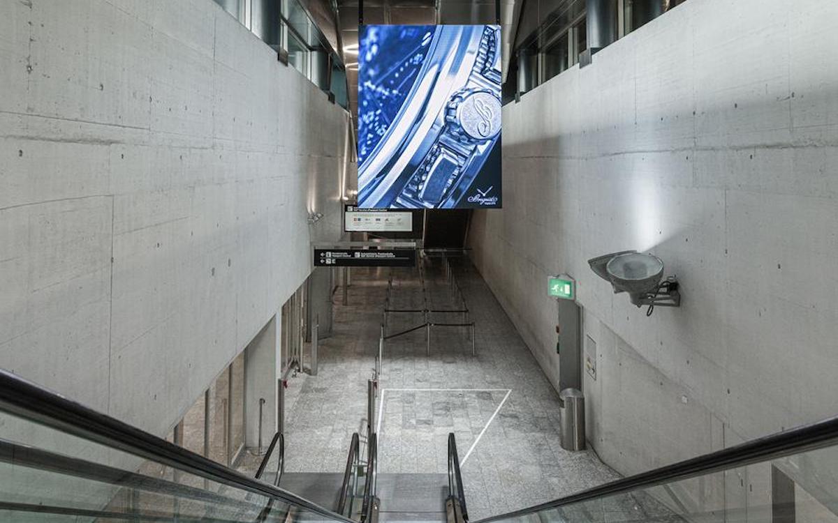 Digitales Megaposter Airside Center am Flughafen in Zürich (Foto: Clear Channel)