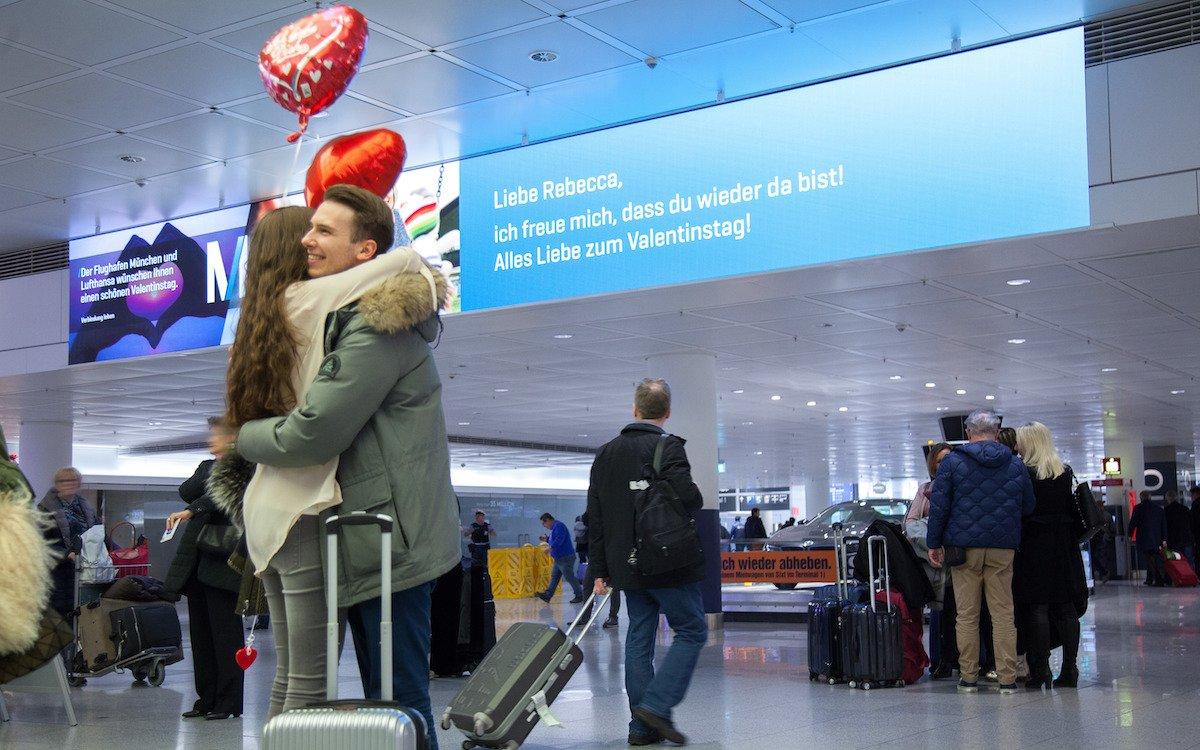 Im Ankunftsbereich des Terminals 2 grüßten Verliebte sich via diagonaler Welcome Wall (Foto: Flughafen München)