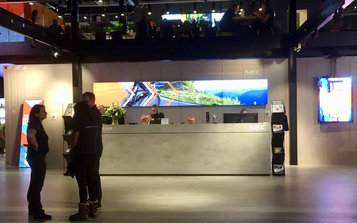 LED am Eingang zum NEC-Stand (Foto: invidis)