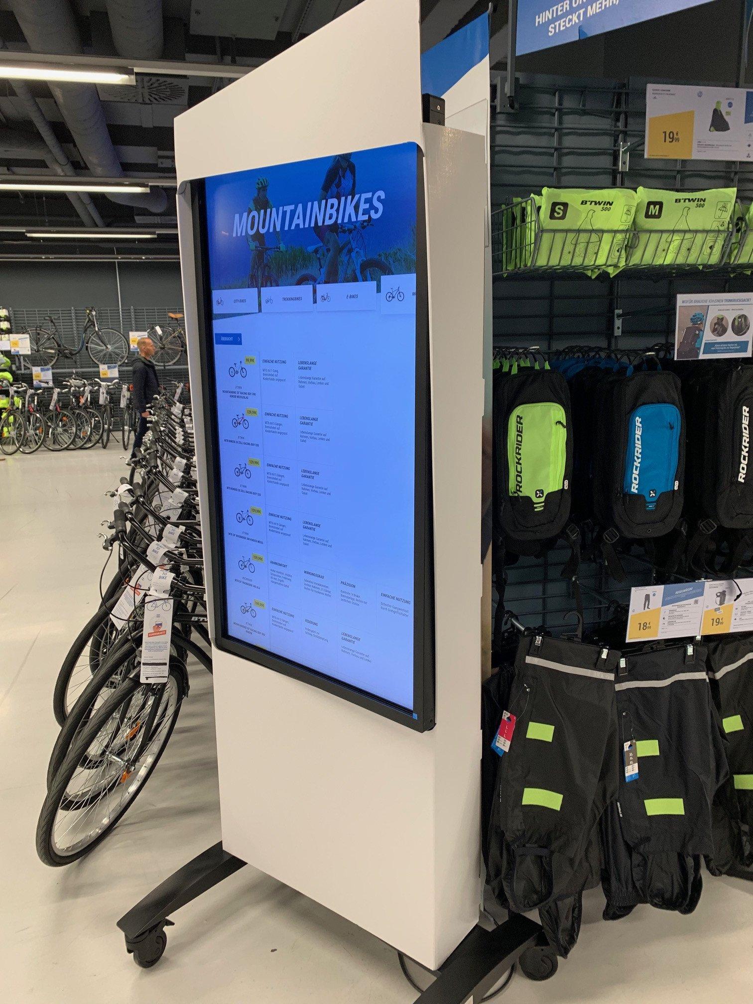 Digital Signage bei Decathlon in Berlin (Foto: invidis Leser)