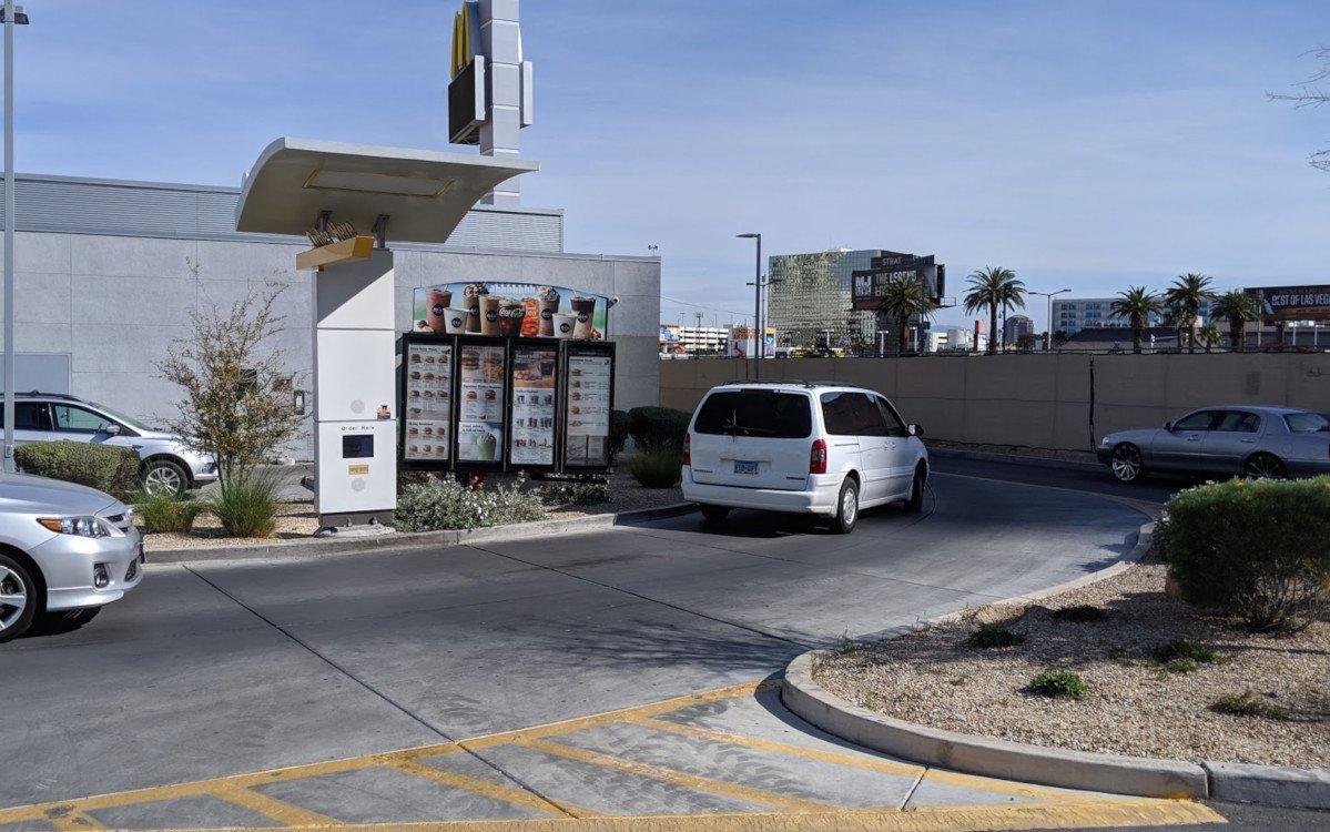 McDonalds Drive-Thru ganz analog ohne Digital Signage (Foto: invidis)