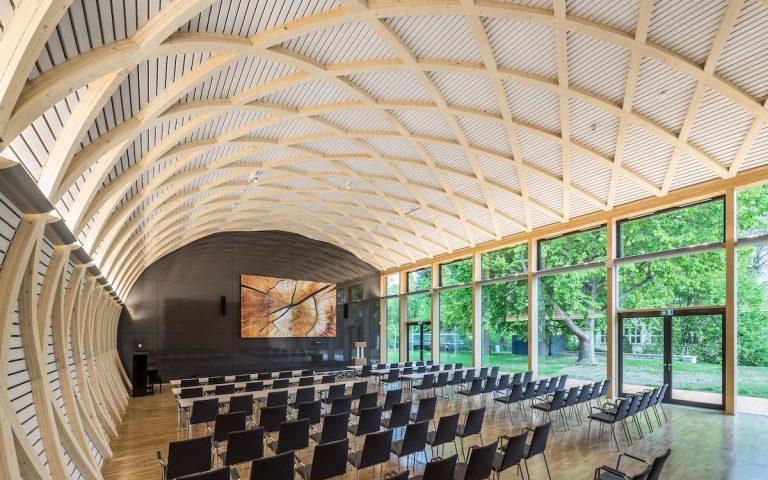 Auch bei Lichteinfall durch die Glaswand sind die Inhalte der Screens deutlich sichtbar (Foto: Institut für Holztechnologie / Steffen Spitzner)