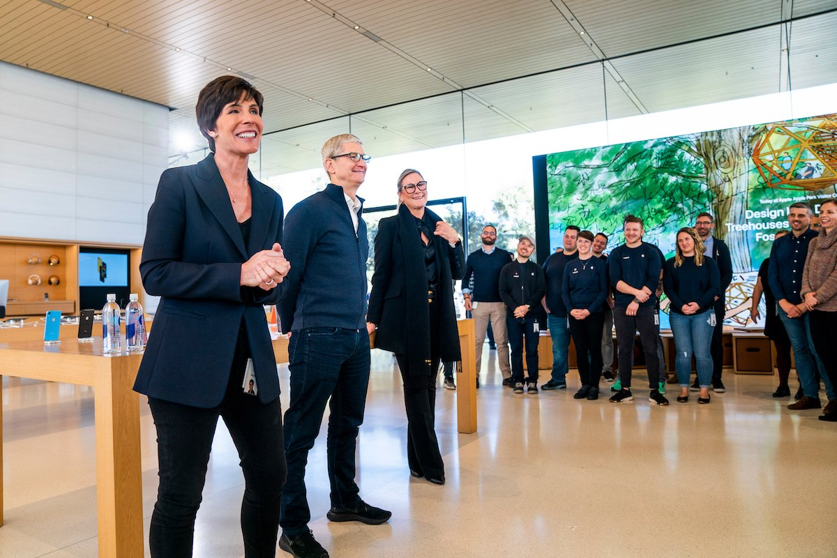 V.l.: Neue Retail-Chefin Deirdre O'Brien, CEO Tim Cook und die bisherige Retail-Chefin Angela Ahrendts vor Mitarbeitenden (Foto: Apple)