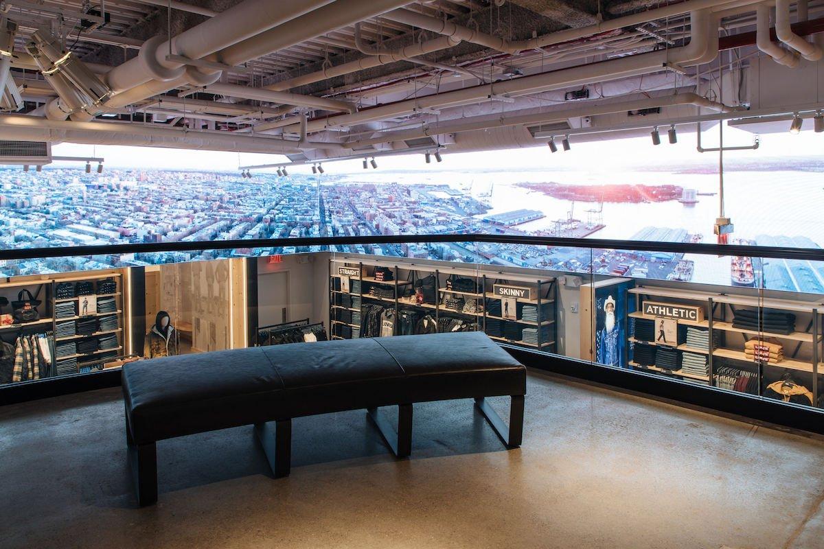 Der große LED Screen im Erdgeschoss ist auch vom 1.Stock aus gut zu sehen (Foto: BrightSign)