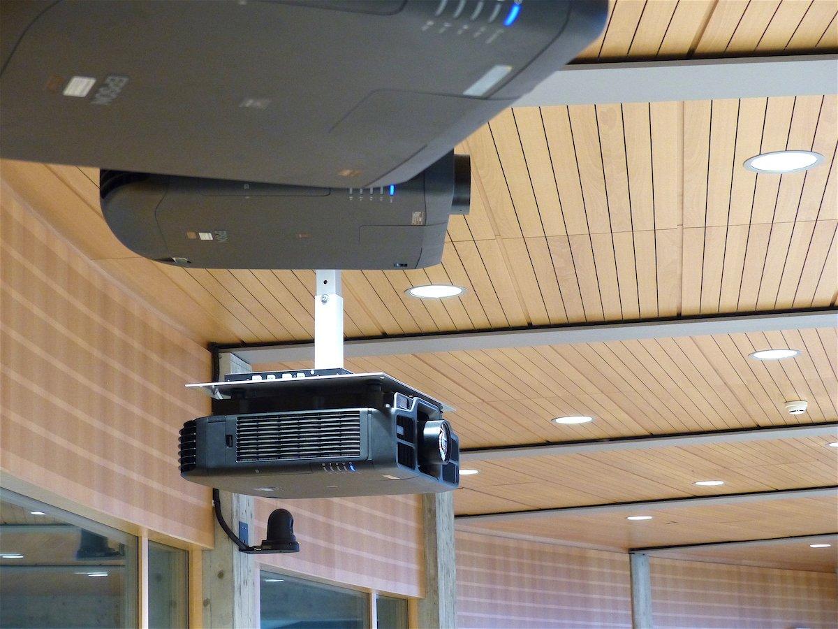 Im großen Hörsaal werkeln Laserprojektoren des Typs EB-L1755U (Foto: Epson)