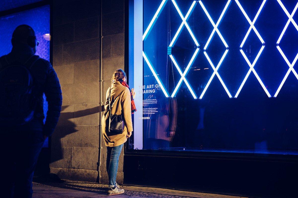 Interaktion durch die Glasfront des KaDeWe (Foto: Samsung)