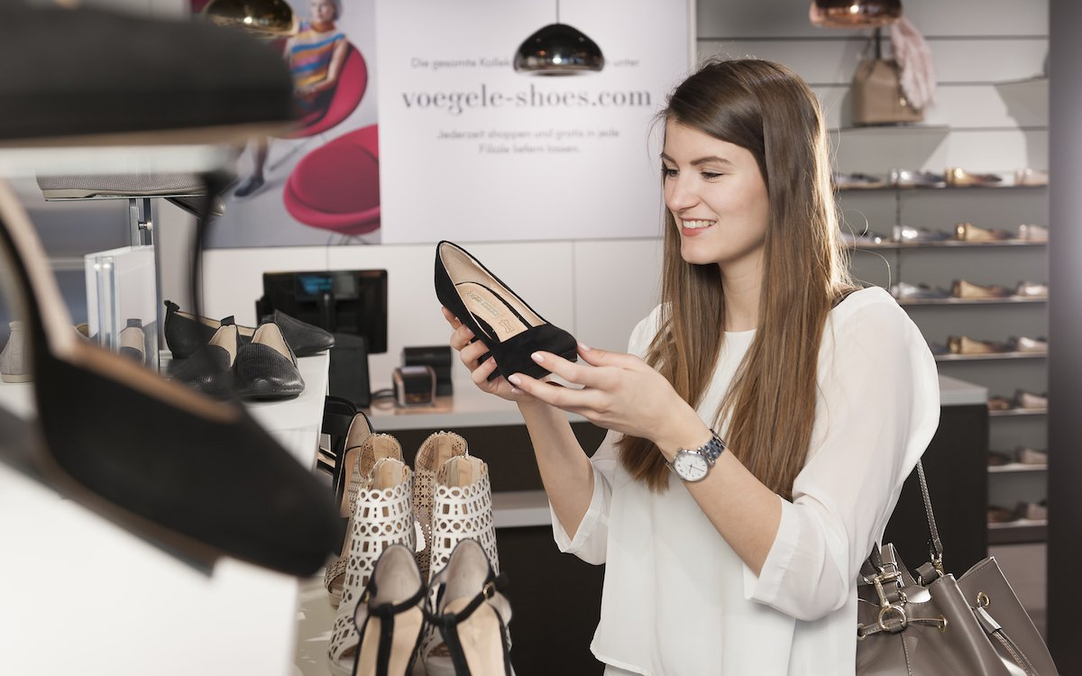 Kundin in einem Laden von Vögele Shoes (Foto: Carl Vögele AG)