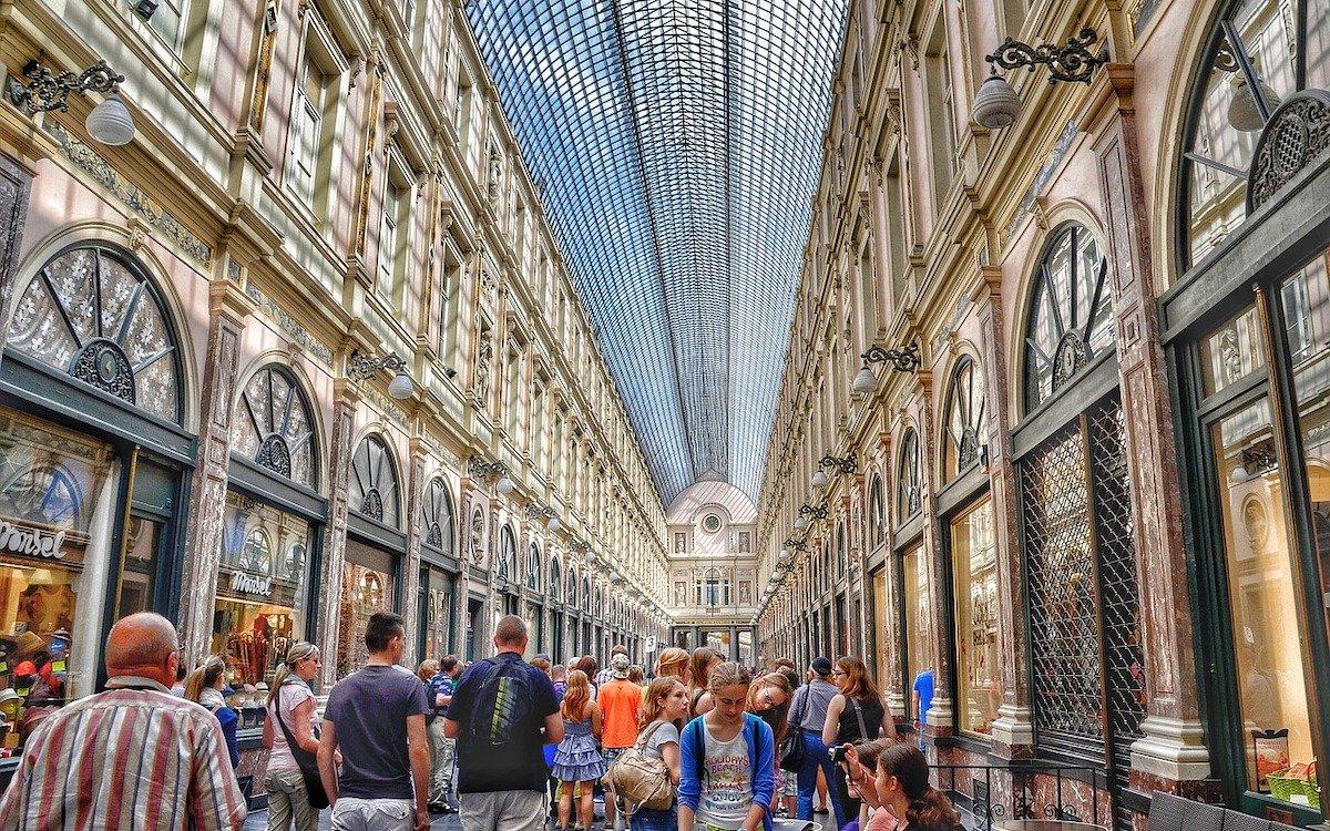 Schaufenster in einer belebten Shopping Mall (Foto: Pixabay / ThomasWolter)