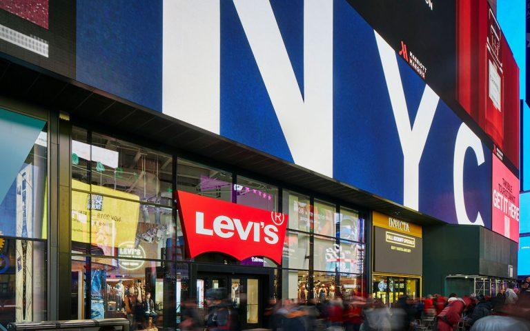Schon am Eingang setzt Levi's auf großformatiges LED Signage (Foto: BrightSign)