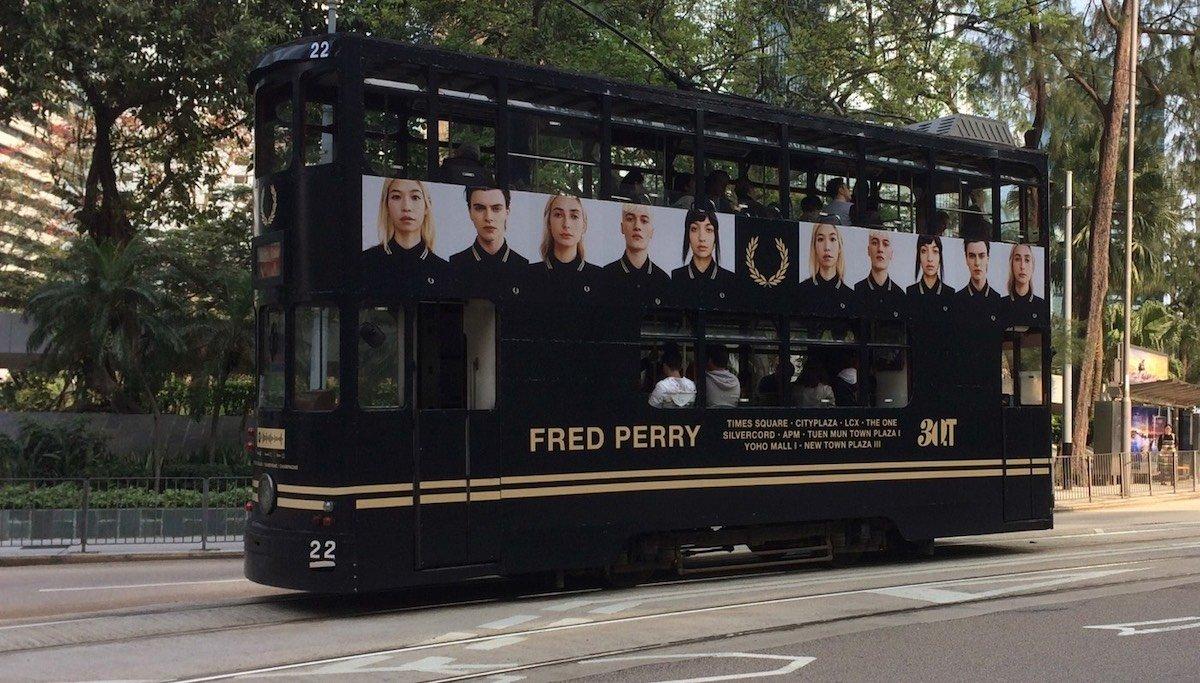 Total Branding einer Tram in Hongkong in Black Champagne Champagne (Foto: Champagne)