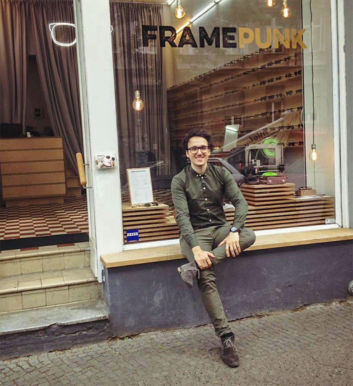 Unternehmensgründer Andreas Ketzlar vor seinem Laden (Foto: SumUp)