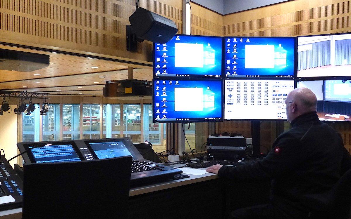 Vom Regieraum aus werden die Projektoren im Auditorium gesteuert (Foto: Epson)