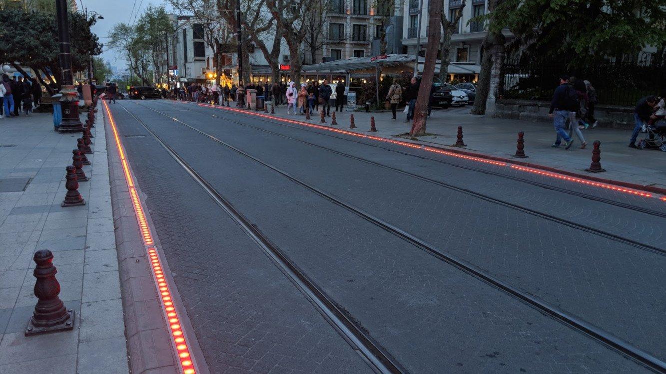 Kurz bevor die nächste Tram hinter der Bergkuppe erscheint - Smart City Installation in Istanbul (Foto: invidis)