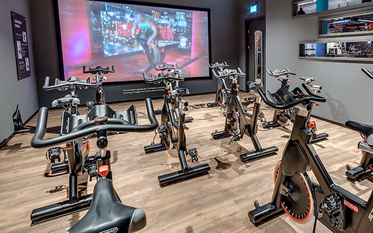 Leinwand in einem McFit-Sportstudio (Foto: McFit)
