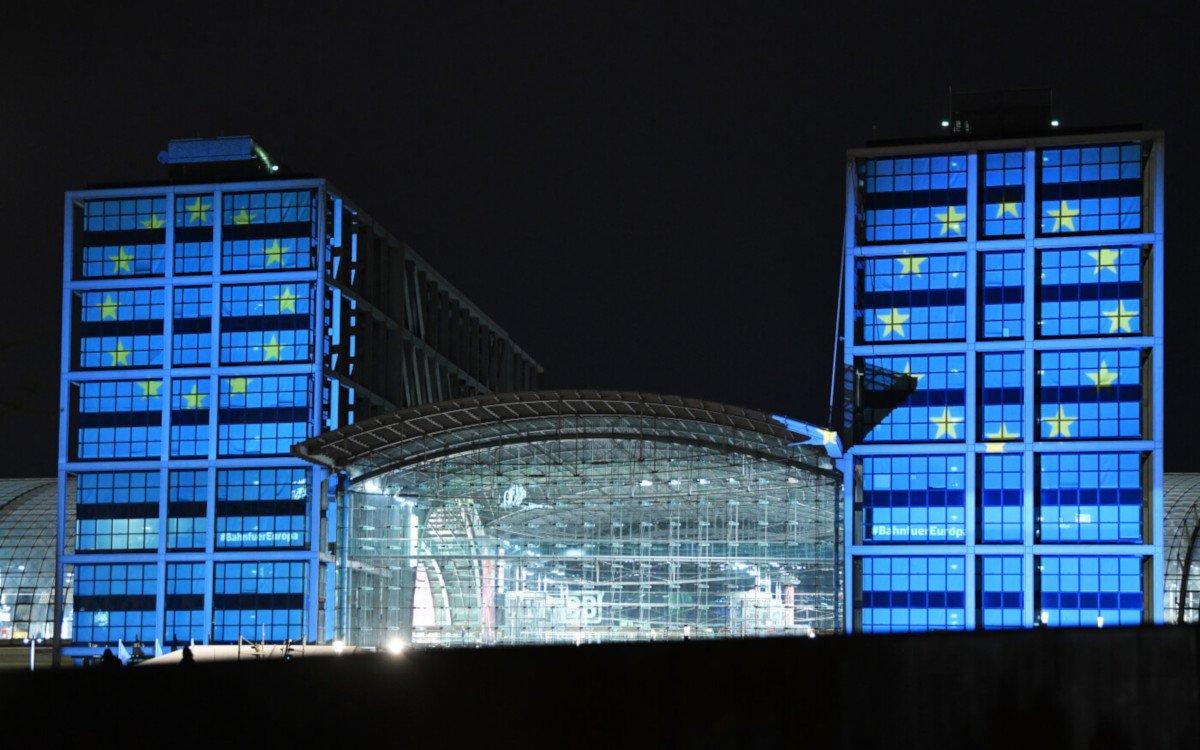 Europafahne projeziert auf Berliner Hauptbahnhof (Foto: DB AG / Oliver Lang)