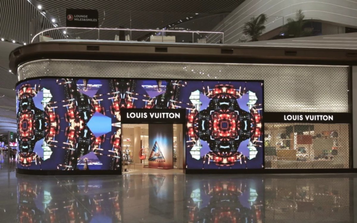 Louis Vuitton Fassade am Flughafen Istanbul (Foto: Screenshot LV)