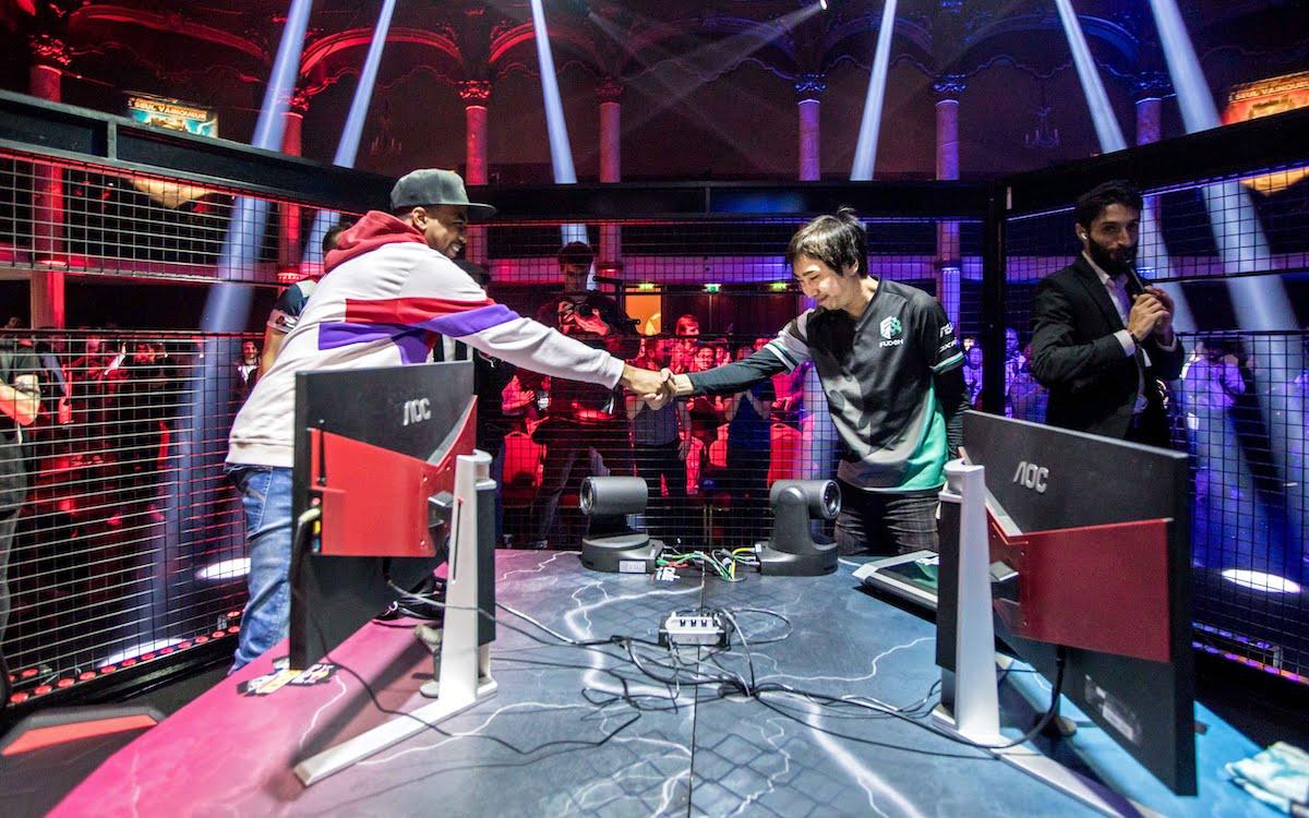 EVO Champion Problem X schüttelt dem Gewinner Fujimura beim Red Bull Kumite World Final in Paris am 11. November 2018 die Hand (Foto: AOC)