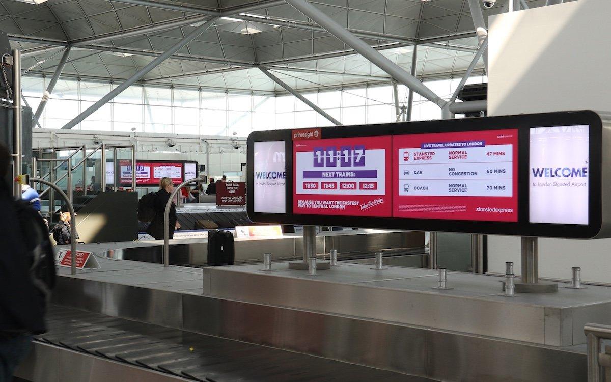 Fakten als Argument für den Zug – Kampagne des Stansted Express am Airport Stansted (Foto: Primesight)