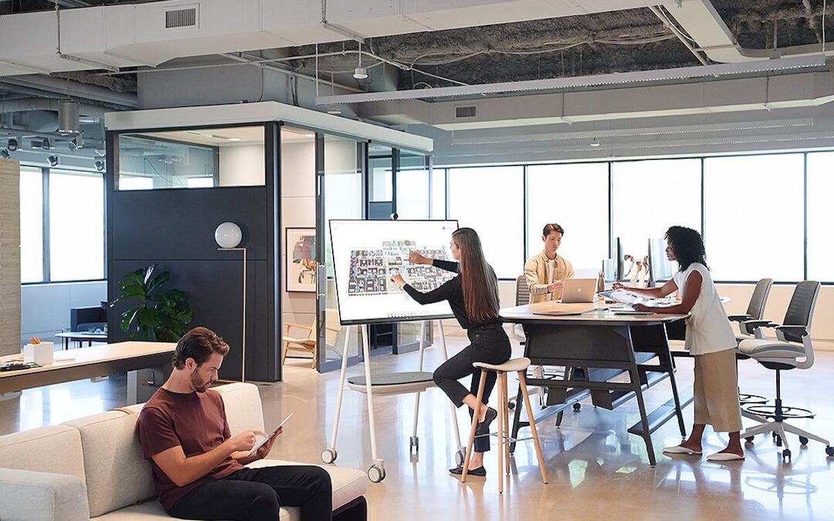 Mobiler als sein Vorgänger – das Surface Hub 2S in einem Büro (Foto: Microsoft)