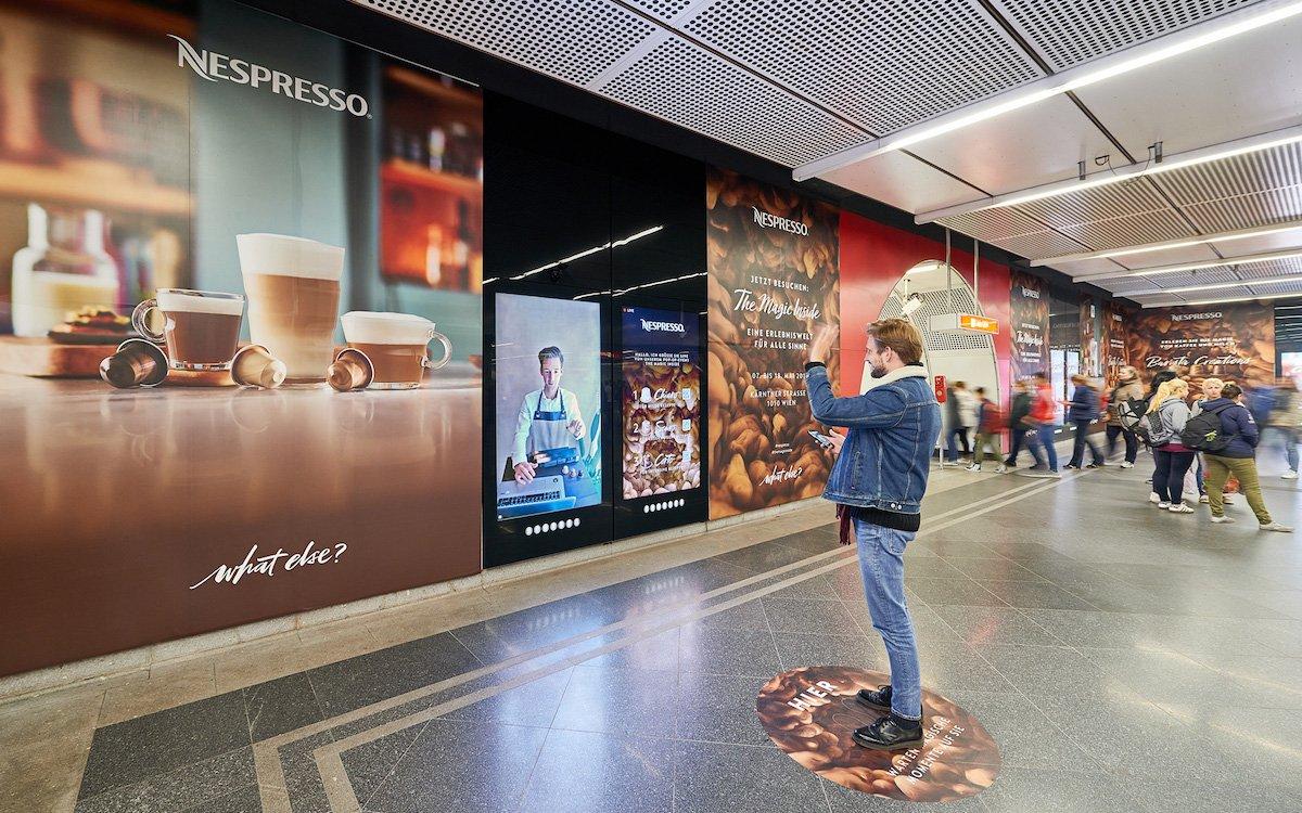 Nespresso nutzte interaktive Screens für die Kampagne (Foto: Gewista)