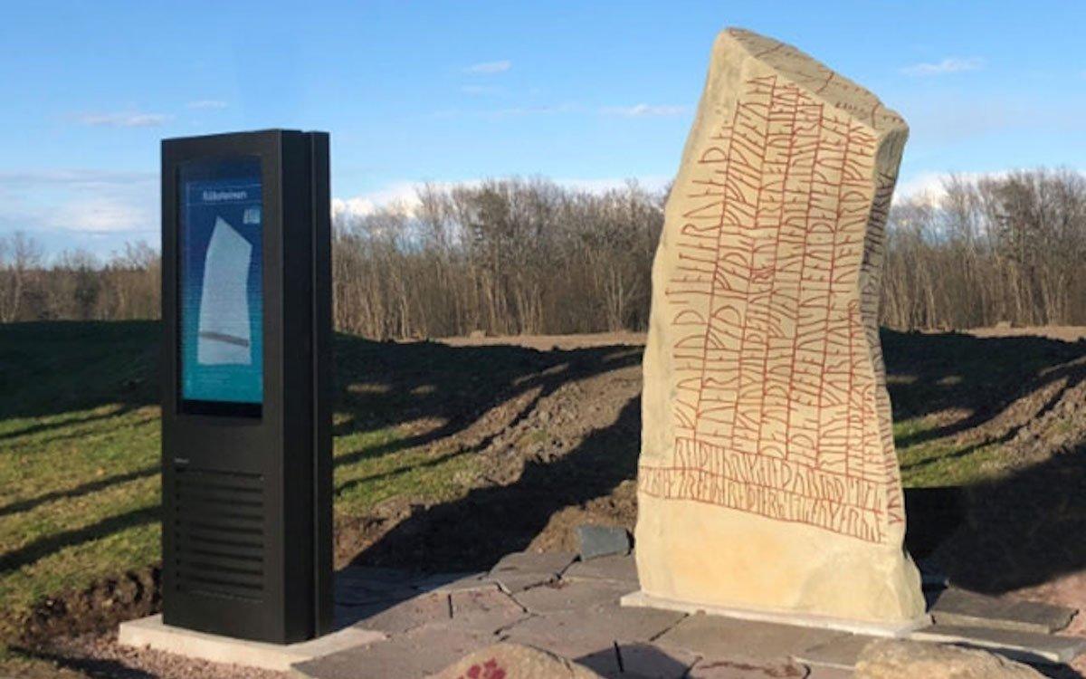 Stele mit Touchscreen und Nachbildung einer Rune (Foto: Infinitus)
