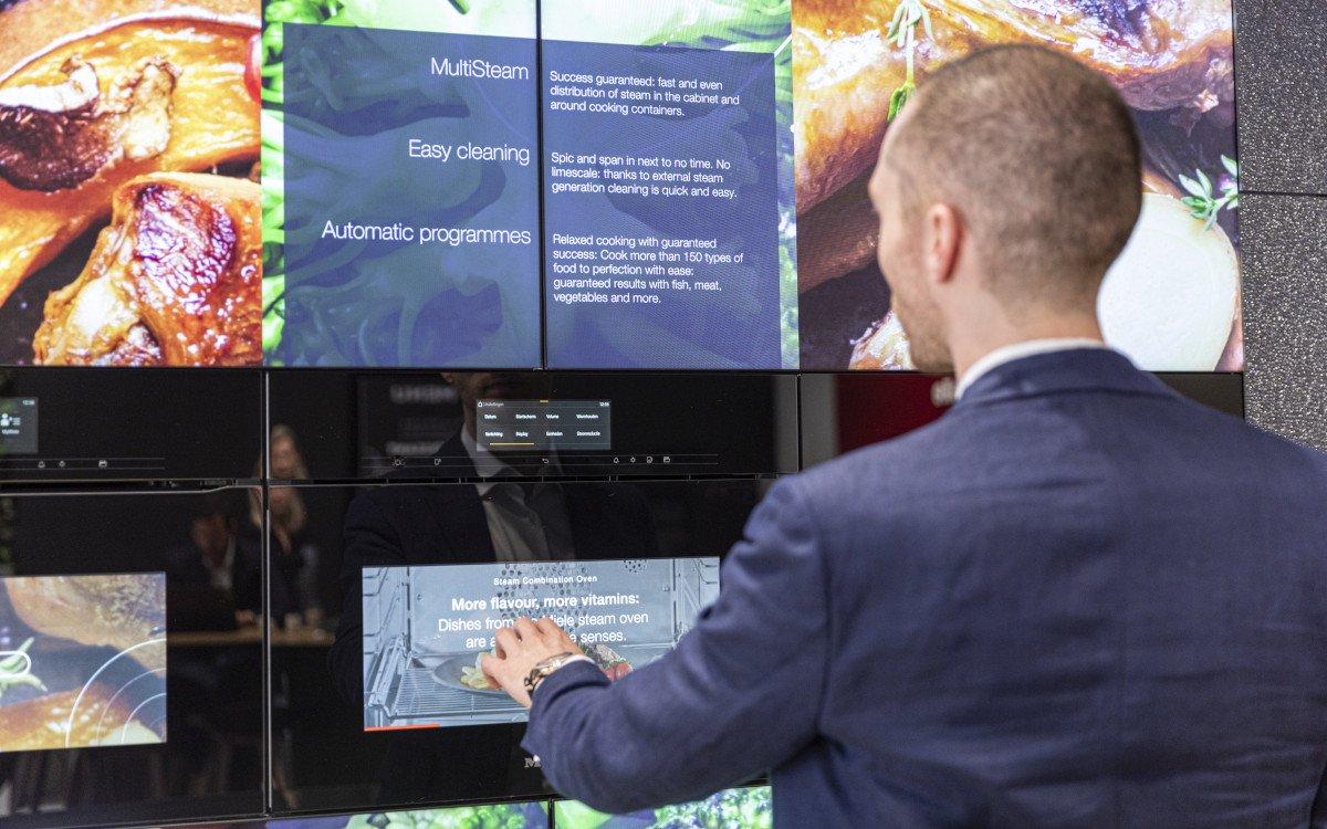 Virtuelle Oven Wall auf in den Ofen integrierten Displays sowie über die großformatige Videowall (Foto: xplace)