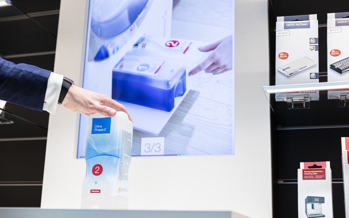 Die Consumables Wall liefert via RFID-Scanner Informationen zu Zubehörprodukten und deren bestmögliche Nutzung. (Foto: xplace)