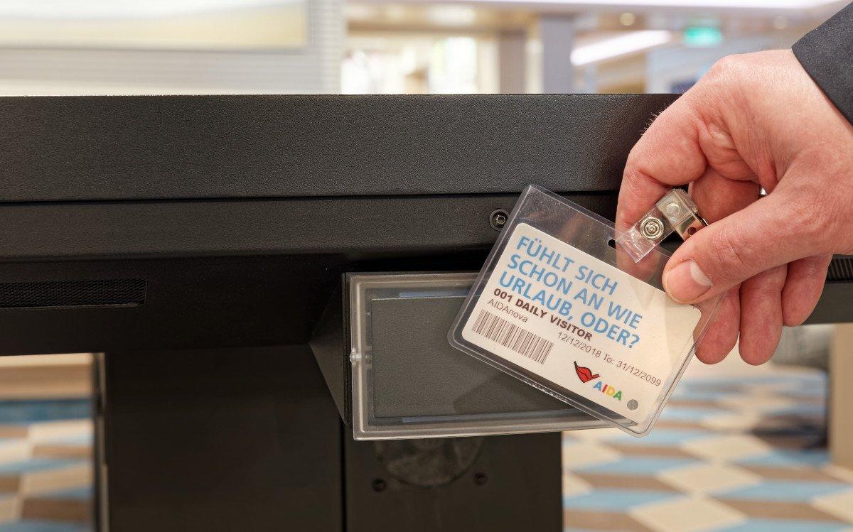 Seitlich an den Multitouch-Tischen befinden sich Sensoren, welche die personalisierten RFID-Bordkarten der Passagiere auslesen können (Foto: ASC)