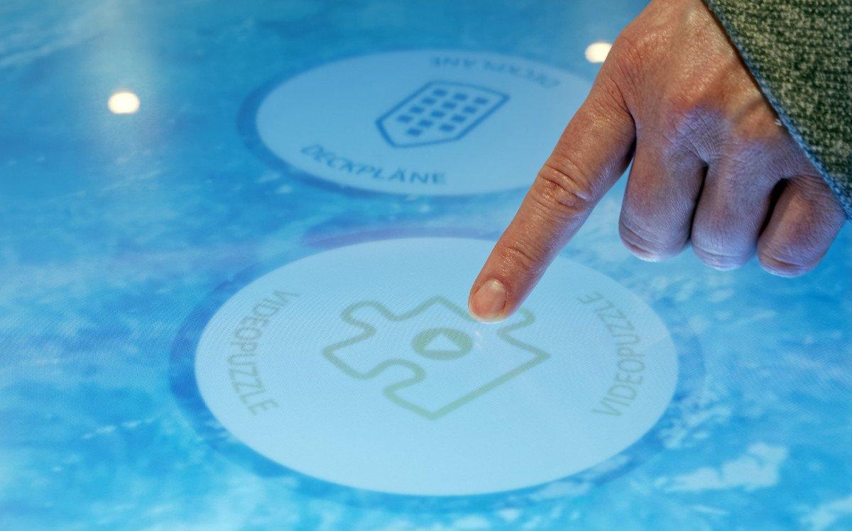 Neben interaktiven Bildschirmspielen lassen sich auch Informationen rund um das Schiff und die aktuelle Route abrufen (Foto: ASC)