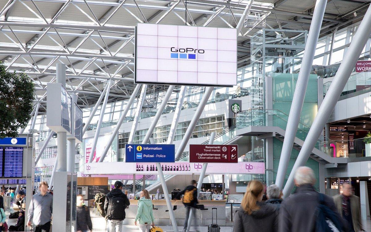 Flughafen Düsseldorf: Videowall am Terminal Ost (Foto: Flughafen Düsseldorf)