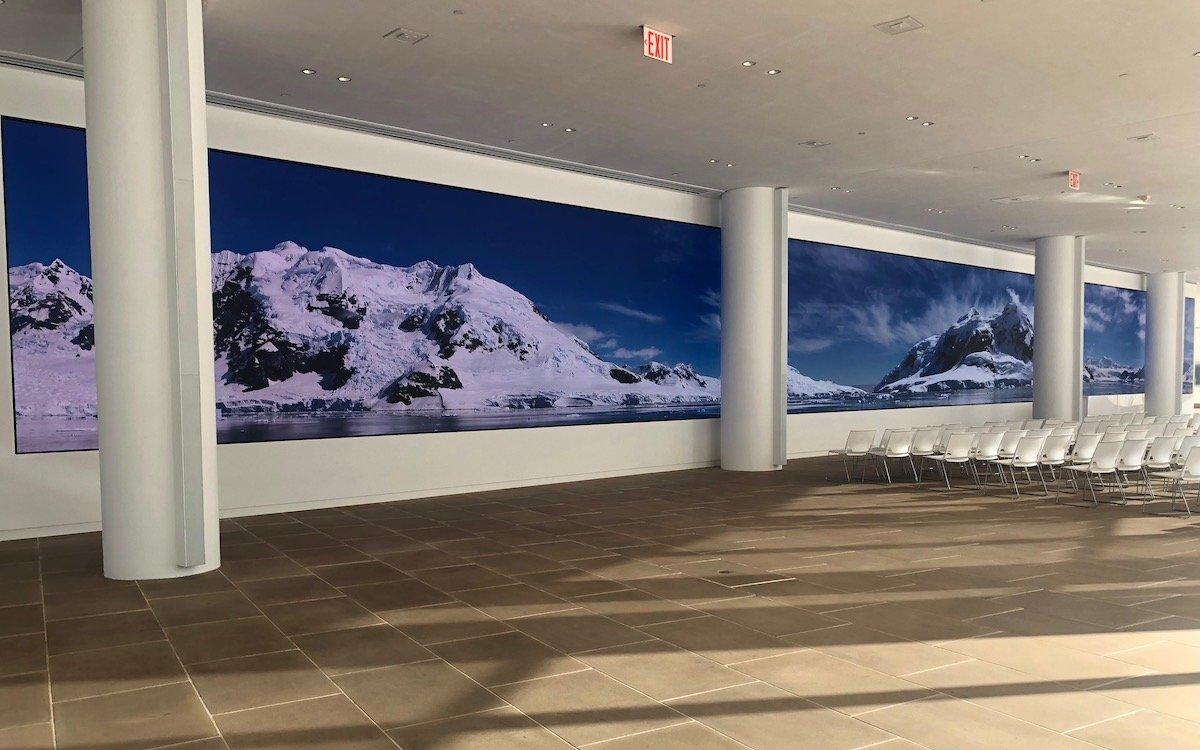 Im Foyer des IAC werden nach Projektoren und Laser-Phosphor-Display-Tiles nun LED Module genutzt (Foto: Christie)
