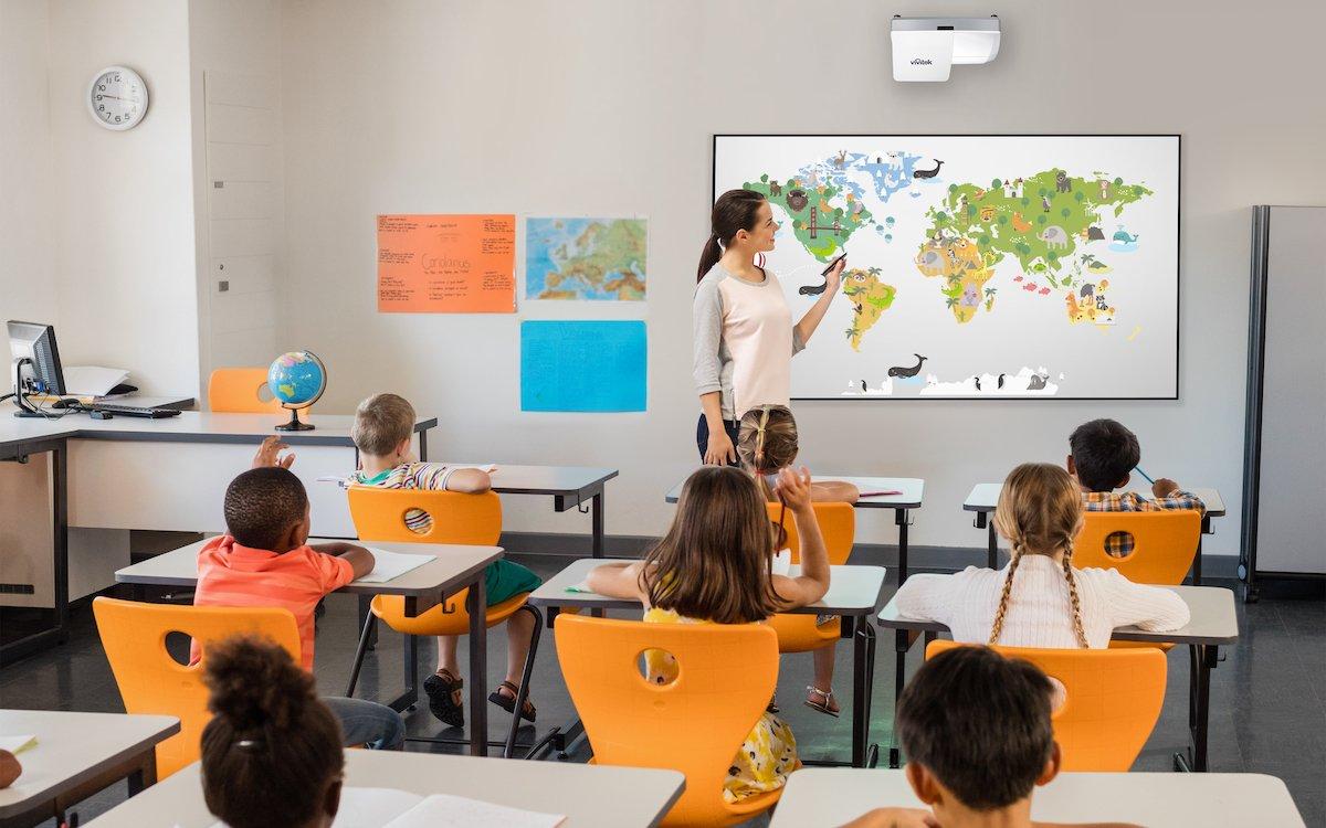 Projektor DW 771 im Einsatz im Klassenzimmer (Foto: Vivitek)