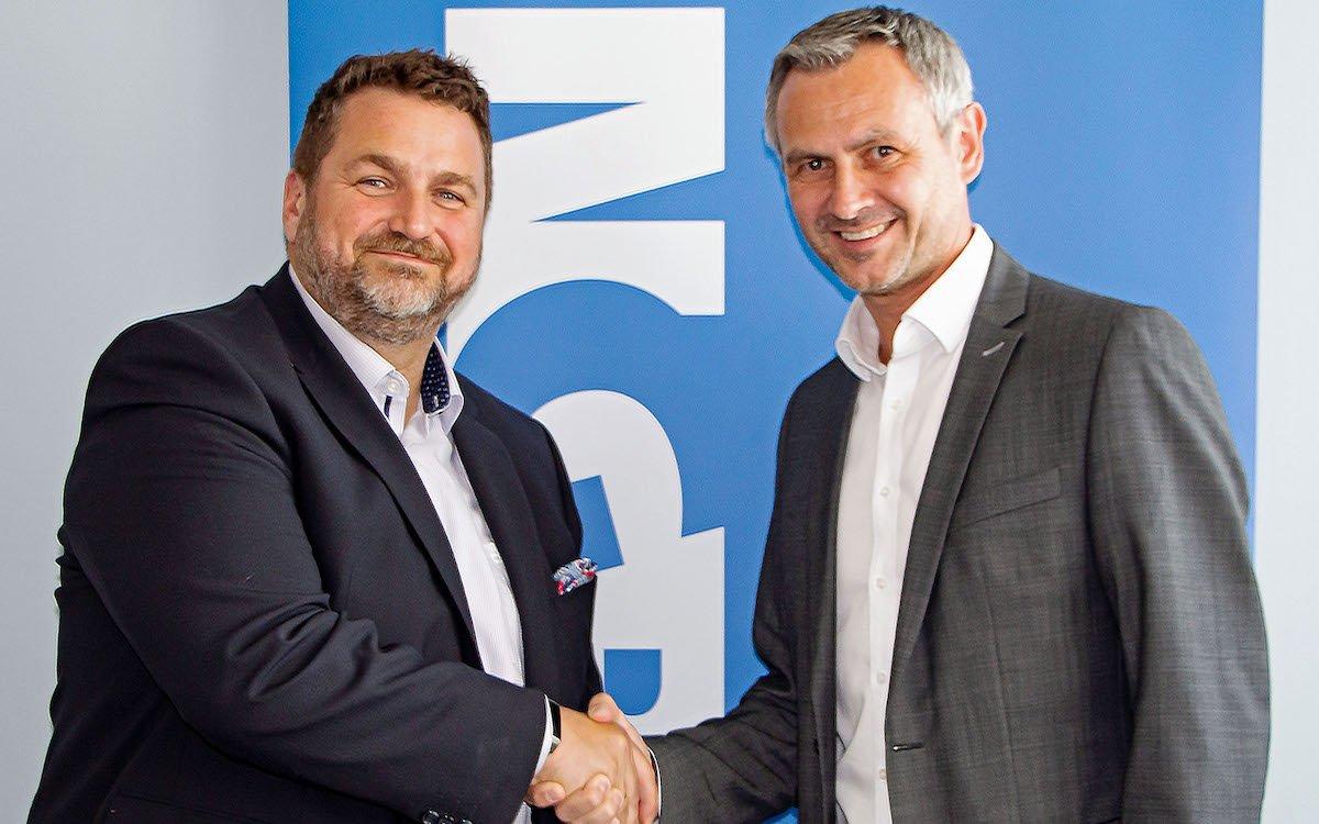 V.l.: Roberto Schmidl (Avaya) und Thomas Groß (Ingram Micro) freuen sich über die erweiterte Partnerschaft (Foto: Ingram Micro)