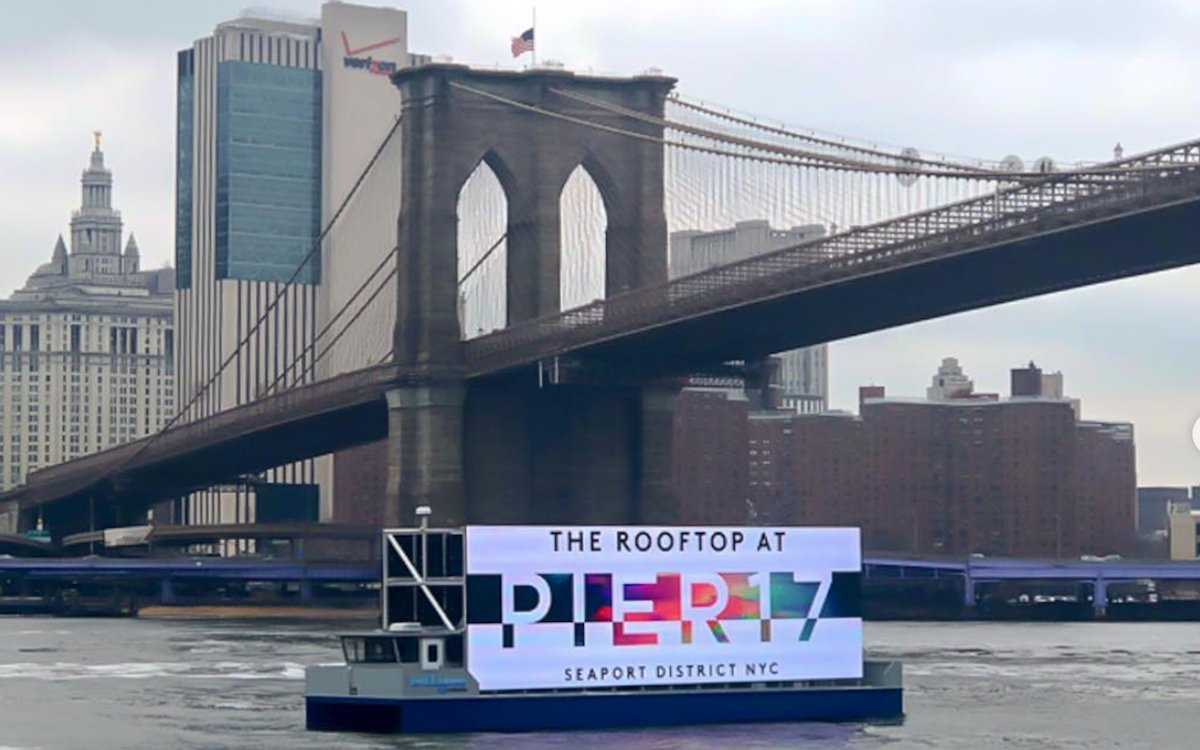 Schwimmender Screen von Ballyhoo Media auf dem Hudson (Foto: Ballyhoo Media)